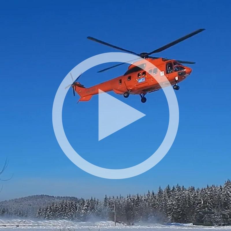 Hubschrauber über Schneelandschaft